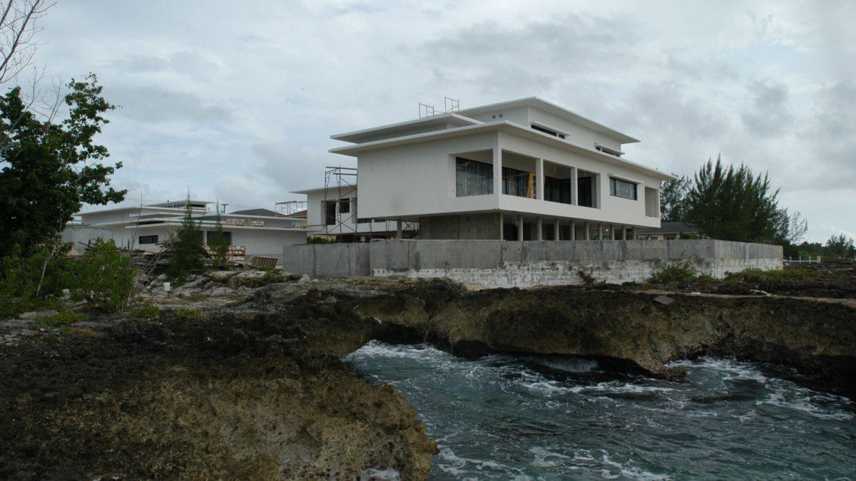 [Sitio de construcción de las Villas – Las Islas Caimán] Frente al huracán Iván